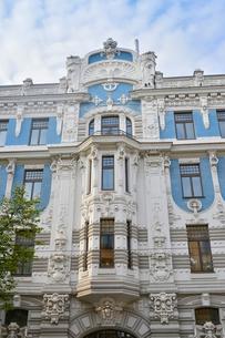 ラトビア・首都リガ新市街にある19世紀から20世紀初頭にかけてヨーロッパを中心に作られた優雅なデザインのアール・ヌーヴォー様式の建築の写真素材 [FYI03818163]