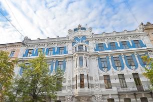 ラトビア・首都リガ新市街にある19世紀から20世紀初頭にかけてヨーロッパを中心に作られた優雅なデザインのアール・ヌーヴォー様式の建築の写真素材 [FYI03818170]