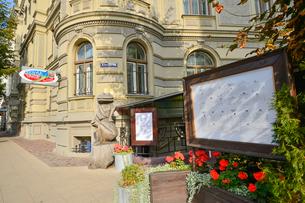 ラトビア・首都リガ新市街にある石壁と木製のカエルが建物の前に飾られた光景の写真素材 [FYI03818175]