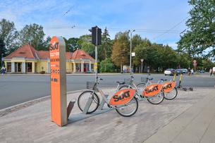ラトビア・首都リガのエスプラナーデ公園の近くにある小さなショップとレンタサイクル置き場の写真素材 [FYI03818186]
