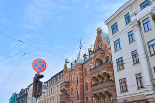 ラトビア・首都リガ新市街にある19世紀から20世紀初頭にかけてヨーロッパを中心に作られた優雅なデザインのアール・ヌーヴォー様式の建築や中世風の建物が並ぶ景観の写真素材 [FYI03818191]