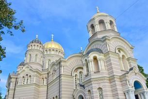 ラトビア・首都リガにあるロシア帝国時代の19世紀後半に建設されたネオ・ビザンチン様式の壮麗な建物の救世主生誕大聖堂の写真素材 [FYI03818201]