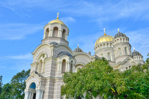 ラトビア・首都リガにあるロシア帝国時代の19世紀後半に建設されたネオ・ビザンチン様式の壮麗な建物の救世主生誕大聖堂の写真素材 [FYI03818206]