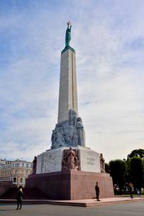 ラトビア・首都リガにある自由記念碑・ラトビア独立戦争で1918~1920で殺された兵士に捧げている、自由・独立・主権のシンボルの写真素材 [FYI03818213]