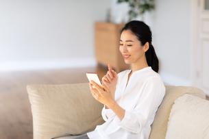 スマートフォンを見る女性の写真素材 [FYI03818215]