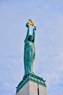 ラトビア・首都リガにある自由記念碑・ラトビア独立戦争で1918~1920で殺された兵士に捧げている、自由・独立・主権のシンボルの写真素材 [FYI03818222]