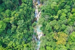 ラオス ルアンパバーン クアンシーの滝の写真素材 [FYI03818566]