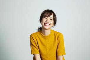 カメラ目線で笑顔の20代女性の写真素材 [FYI03818609]