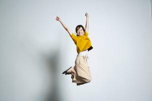 ジャンプをして喜ぶ20代女性の写真素材 [FYI03818623]