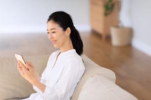 スマートフォンを見る女性の写真素材 [FYI03818664]