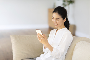 スマートフォンを見る女性の写真素材 [FYI03818674]