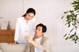 スマートフォンを見る夫婦の写真素材 [FYI03818679]