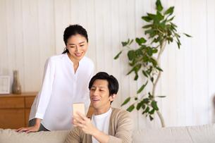 スマートフォンを見る夫婦の写真素材 [FYI03818686]