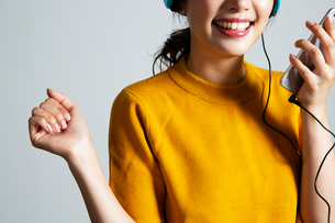 音楽を楽しむ女性の手元の写真素材 [FYI03818786]