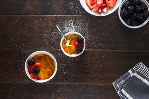 Overhead view of creme brulee on tableの写真素材 [FYI03818790]