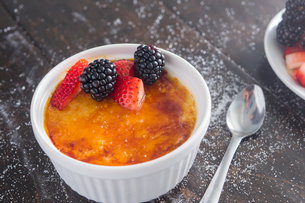 Close-up of creme brulee on tableの写真素材 [FYI03818791]