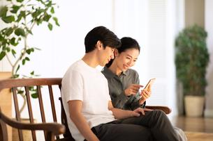 スマートフォンを見る夫婦の写真素材 [FYI03819736]