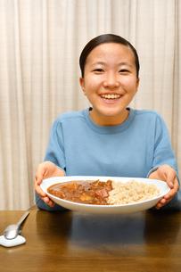 カレーライスを食べる女の子の写真素材 [FYI03820352]