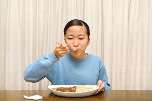カレーライスを食べる女の子の写真素材 [FYI03820354]