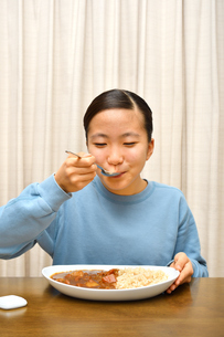 カレーライスを食べる女の子の写真素材 [FYI03820355]