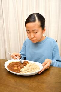 カレーライスを食べる女の子の写真素材 [FYI03820356]