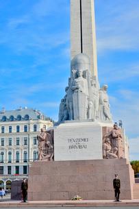 ラトビア・首都リガにある自由記念碑・ラトビア独立戦争で1918~1920で殺された兵士に捧げている、自由・独立・主権のシンボルの写真素材 [FYI03820468]