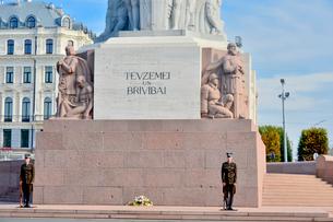 ラトビア・首都リガにある自由記念碑・ラトビア独立戦争で1918~1920で殺された兵士に捧げている、自由・独立・主権のシンボルの写真素材 [FYI03820470]