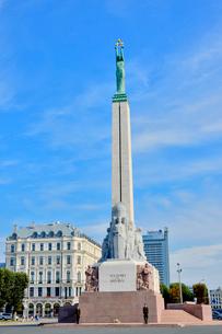 ラトビア・首都リガにある自由記念碑・ラトビア独立戦争で1918~1920で殺された兵士に捧げている、自由・独立・主権のシンボルの写真素材 [FYI03820471]