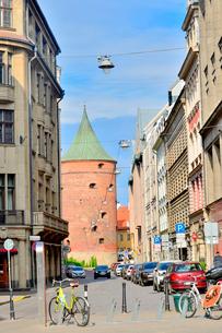 ラトビア・首都リガの旧市街の火薬塔. かつての城壁の塔の一つで、内部は軍事博物館となっている。中世に作られた火薬庫の写真素材 [FYI03820473]