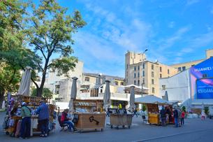ラトビア・首都リガに並ぶアクセサリーや衣料品のテントの売店に集まる人々の景観の写真素材 [FYI03820482]