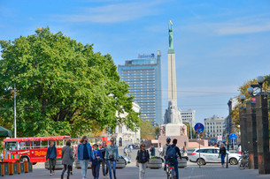 ラトビア・首都リガにある自由記念碑・ラトビア独立戦争で1918~1920で殺された兵士に捧げている、自由・独立・主権のシンボルの写真素材 [FYI03820487]