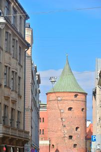 ラトビア・首都リガの旧市街の火薬塔. かつての城壁の塔の一つで、内部は軍事博物館となっている。中世に作られた火薬庫の写真素材 [FYI03820488]