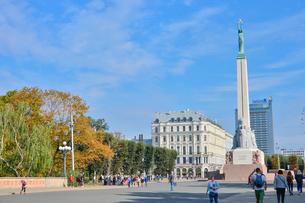 ラトビア・首都リガにある自由記念碑・ラトビア独立戦争で1918~1920で殺された兵士に捧げている、自由・独立・主権のシンボルの写真素材 [FYI03820491]