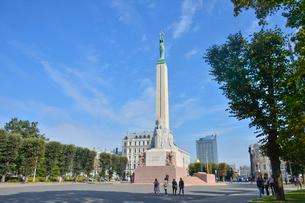 ラトビア・首都リガにある自由記念碑・ラトビア独立戦争で1918~1920で殺された兵士に捧げている、自由・独立・主権のシンボルの写真素材 [FYI03820494]