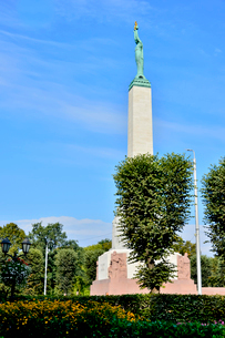 ラトビア・首都リガにある自由記念碑・ラトビア独立戦争で1918~1920で殺された兵士に捧げている、自由・独立・主権のシンボルの写真素材 [FYI03820496]