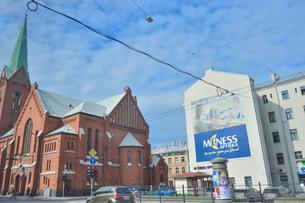 ラトビア・首都リガ~リガ郊外の車窓から見た教会のある街の景観の写真素材 [FYI03820512]