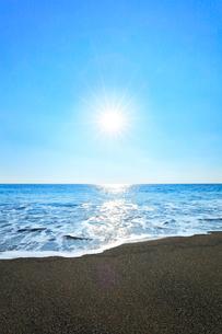 浜辺に寄せる波と朝日の写真素材 [FYI03820720]