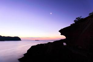 世界遺産熊野古道 鬼ヶ城より夜明けの海と空に月の写真素材 [FYI03820721]