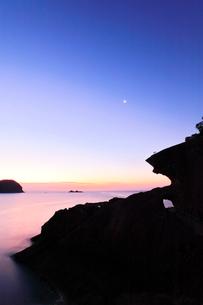 世界遺産熊野古道 鬼ヶ城より夜明けの海と空に月の写真素材 [FYI03820722]