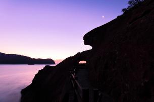 世界遺産熊野古道 鬼ヶ城より夜明けの海と空に月の写真素材 [FYI03820723]