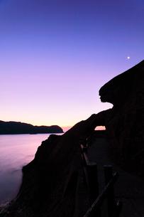 世界遺産熊野古道 鬼ヶ城より夜明けの海と空に月の写真素材 [FYI03820724]