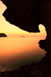 世界遺産熊野古道 鬼ヶ城より熊野灘に朝焼け空の写真素材 [FYI03820728]