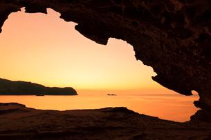 世界遺産熊野古道 鬼ヶ城より熊野灘に朝焼け空の写真素材 [FYI03820729]