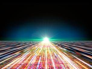 直進光線と彼方で輝く光芒のイラスト素材 [FYI03820741]