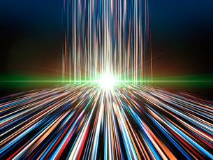 輝く光芒と垂直から放射に変わる光線のイラスト素材 [FYI03820743]