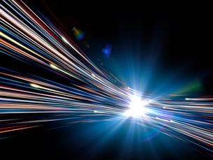 輝く光芒と勢いよく移動する火の玉光線群のイラスト素材 [FYI03820747]