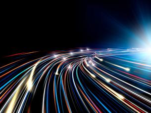 輝く光芒と勢いよく移動する火の玉光線群のイラスト素材 [FYI03820748]