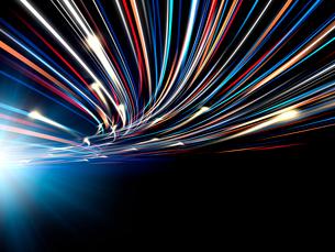 輝く光芒と勢いよく移動する火の玉光線群のイラスト素材 [FYI03820749]
