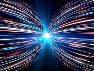 輝く光芒と勢いよく左右に広がる火の玉光線群のイラスト素材 [FYI03820750]