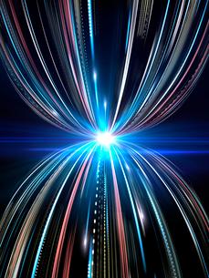 輝く光芒と勢いよく上下に広がる火の玉光線群のイラスト素材 [FYI03820751]